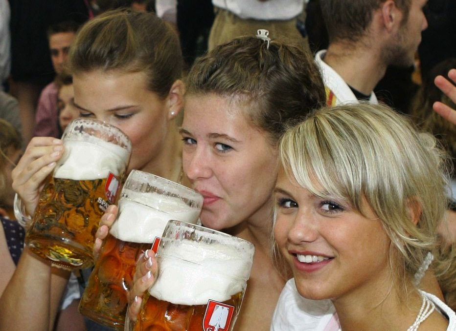girls_chugging_beer